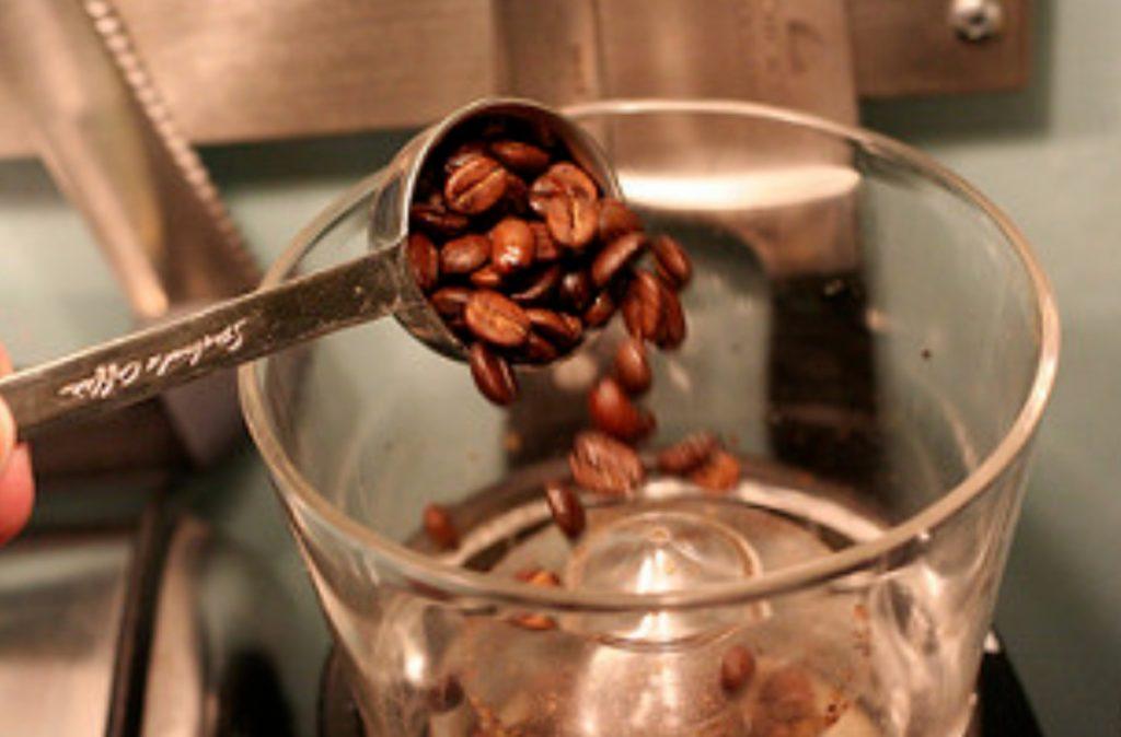 Как перемолоть кофе без кофемолки в домашних условиях?