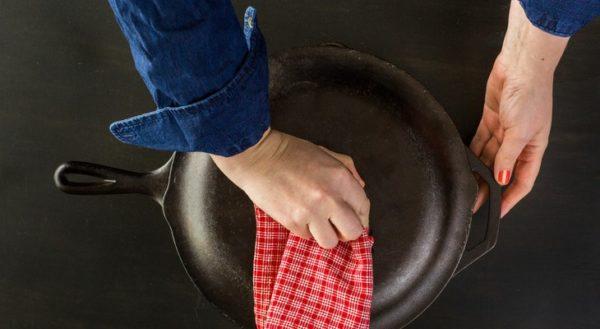 Как очистить чугунную сковор…