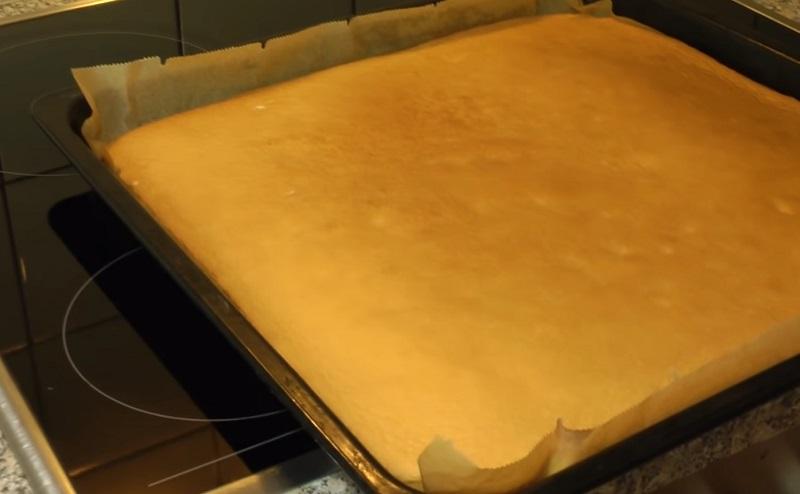 Как приготовить бисквитный рулет с клубникой