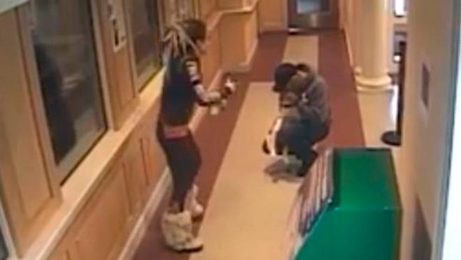 Девушка внесла в полицейский участок бездыханное тело щенка. Посмотрите на действия полицейских!
