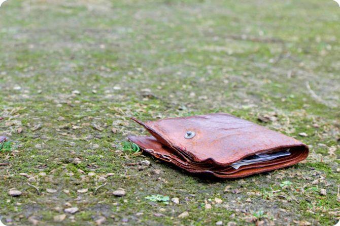 Парень нашел старый бумажник…
