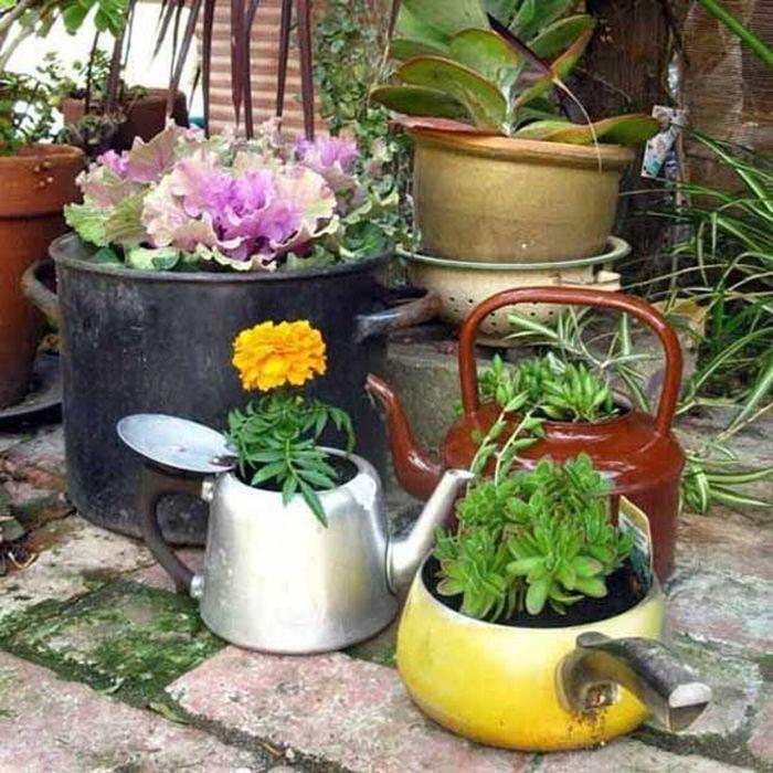 Композицию из старых кастрюлек можно дополнить красивыми камнями и статуэтками. /Фото: s2.eestatic.com