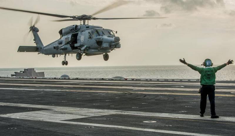 "Вертолет США MH-60 Seahawk упал на палубу авианосца ""Рональд Рейган"""