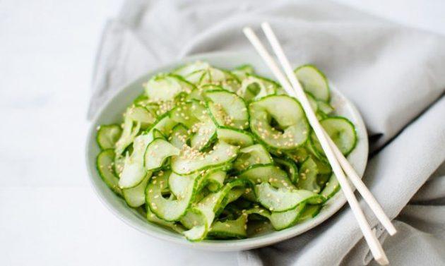 Огуречный салат «Суномоно» с кунжутом