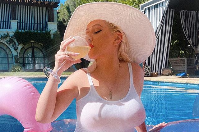 Невыносимая легкость бытия: Кристина Агилера наслаждается летним отдыхом у бассейна Экстерьер