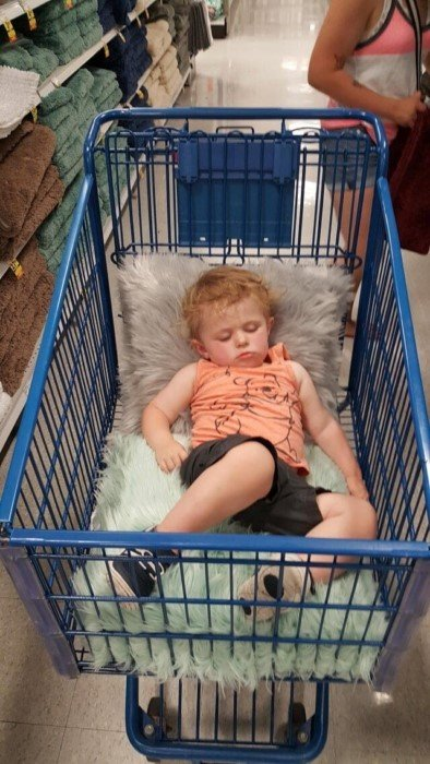 Дети, которые уснули в необычных местах и позах