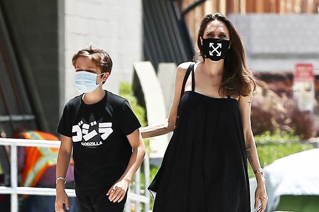 Анджелина Джоли на шопинге с сыном Ноксом в Лос-Анджелесе: новые фото