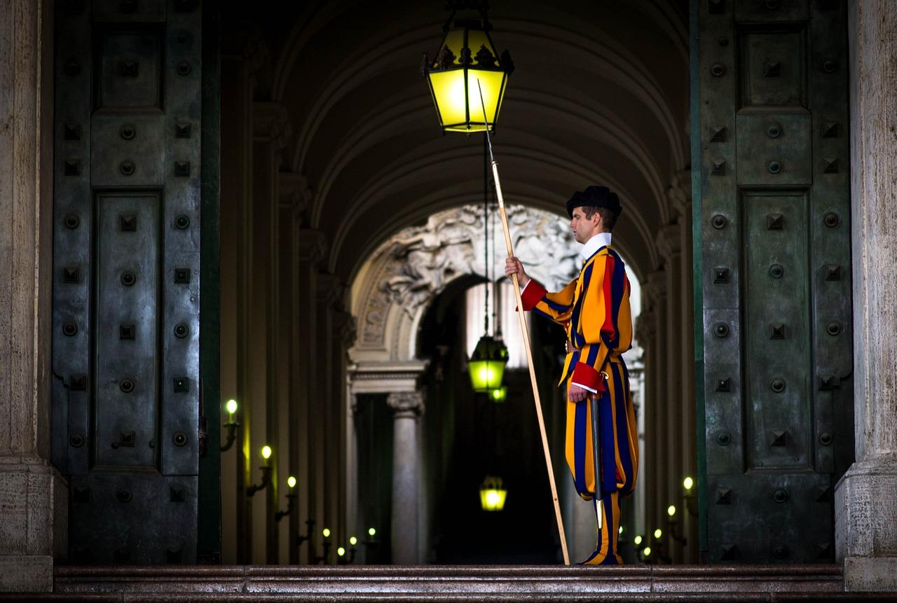 Ватикан выяснит происхождение лайка папы римского на странице модели