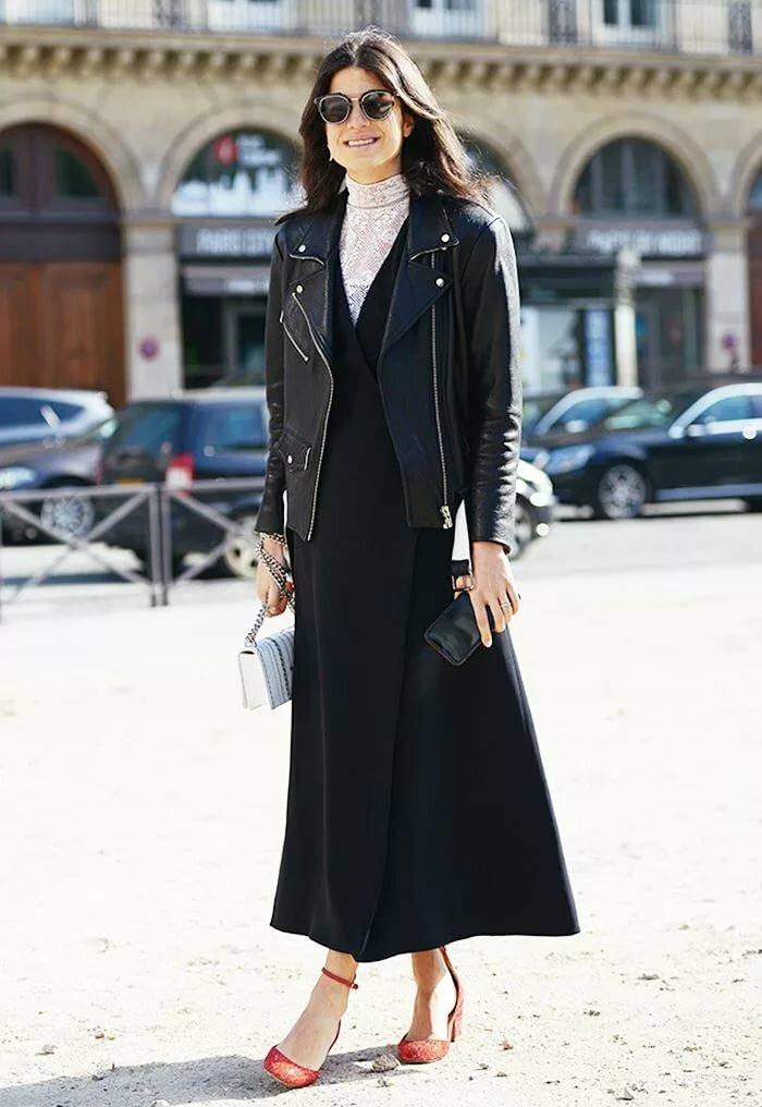 Девушка в черном длинном сарафане, белая водолазка и черная кожаная куртка