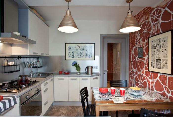 Кухня с оригинальными обоями на одной из стен.