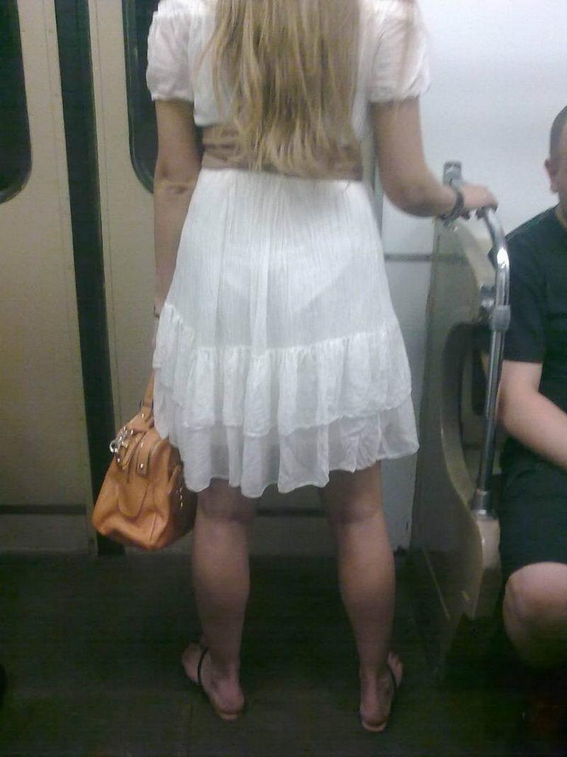 Девушки в просвечивающей одежде в транспорте фото #13