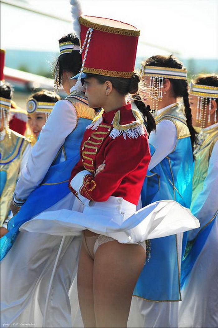 filmi-konchit-tantsi-zadrannie-yubki-obnazhennih-bryunetok-shatenok