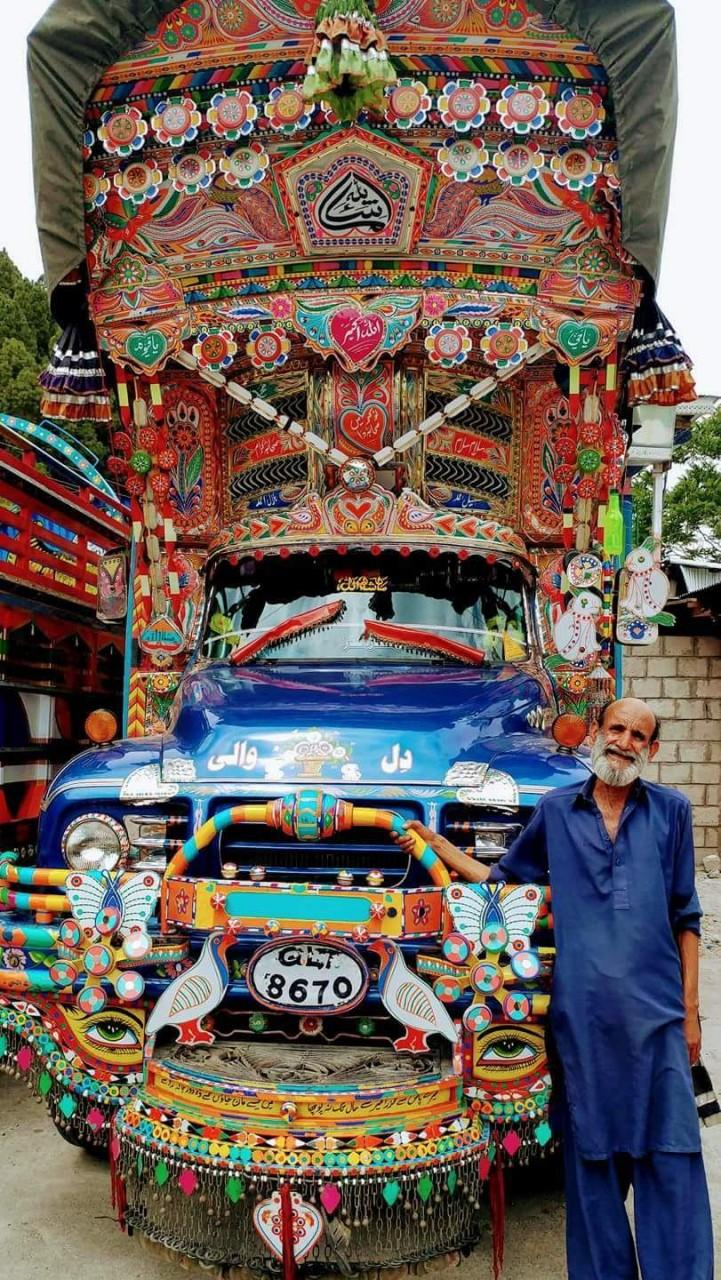 Обычный пакистанский грузовик: украшений много не бывает