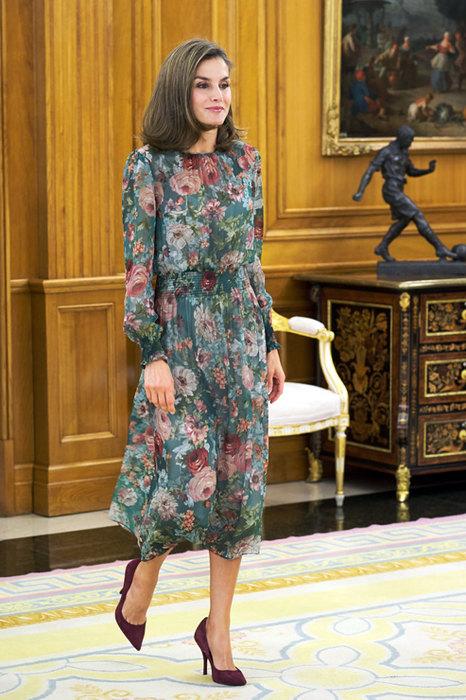 7 стильных образов из масс-маркета: что носит королева Летиция