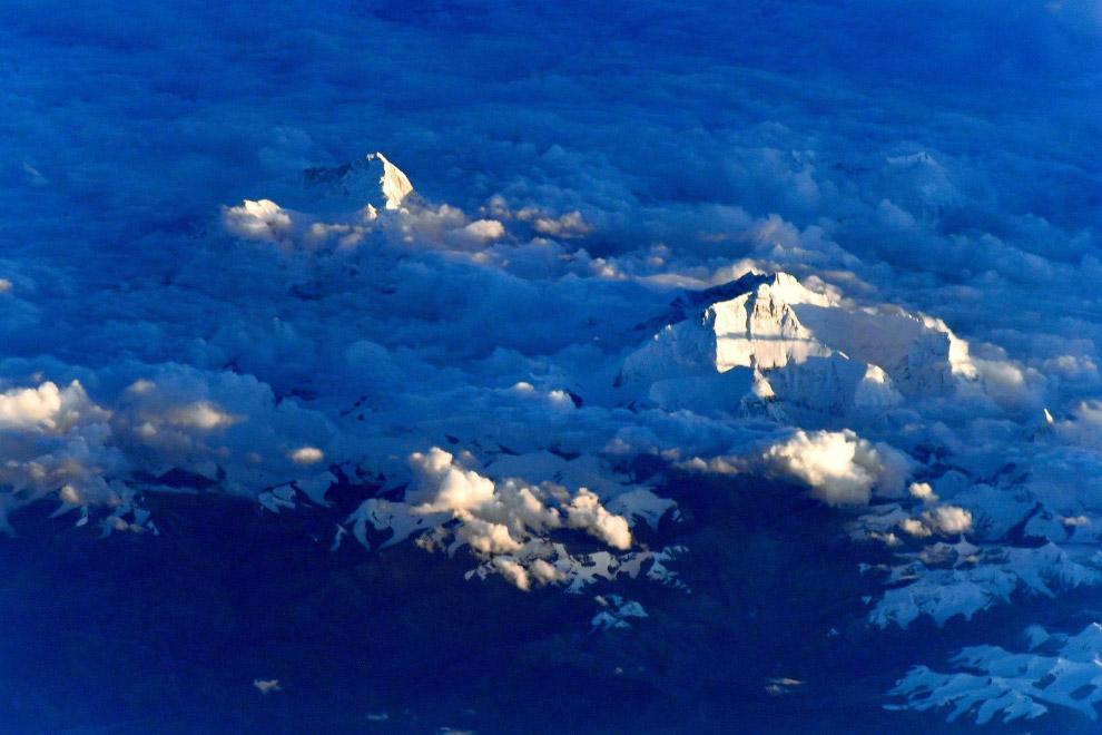 Гора Эверест в сумеречном свете.