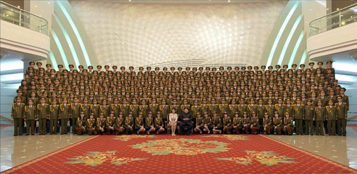 Ким Чен Ын с женой. Совместное фото с военнослужащими.