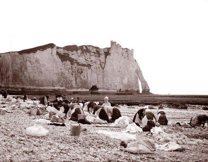 Стирка на берегу, Этрета, Франция ХХ век, винтаж, восстановленные фотографии, европа, кусочки истории, путешествия, старые снимки, фото