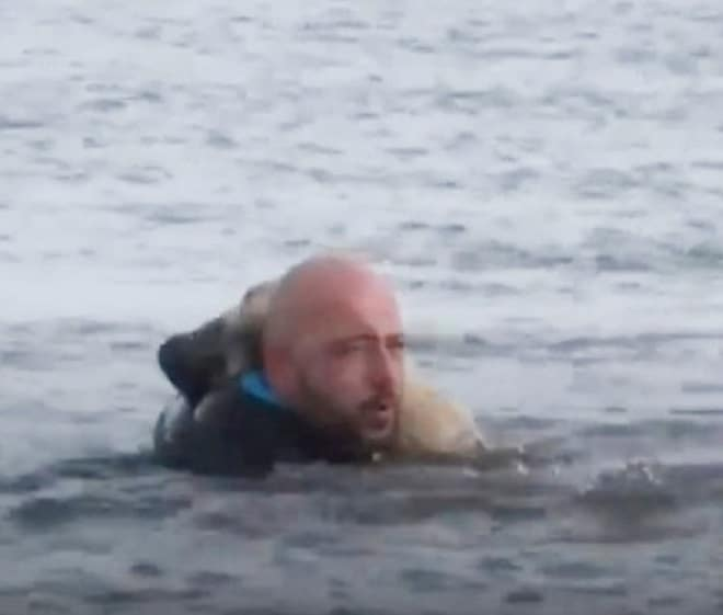 Мужчина тащит собаку
