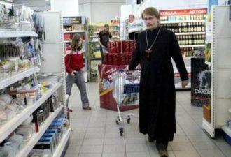 История про священника в супермаркете