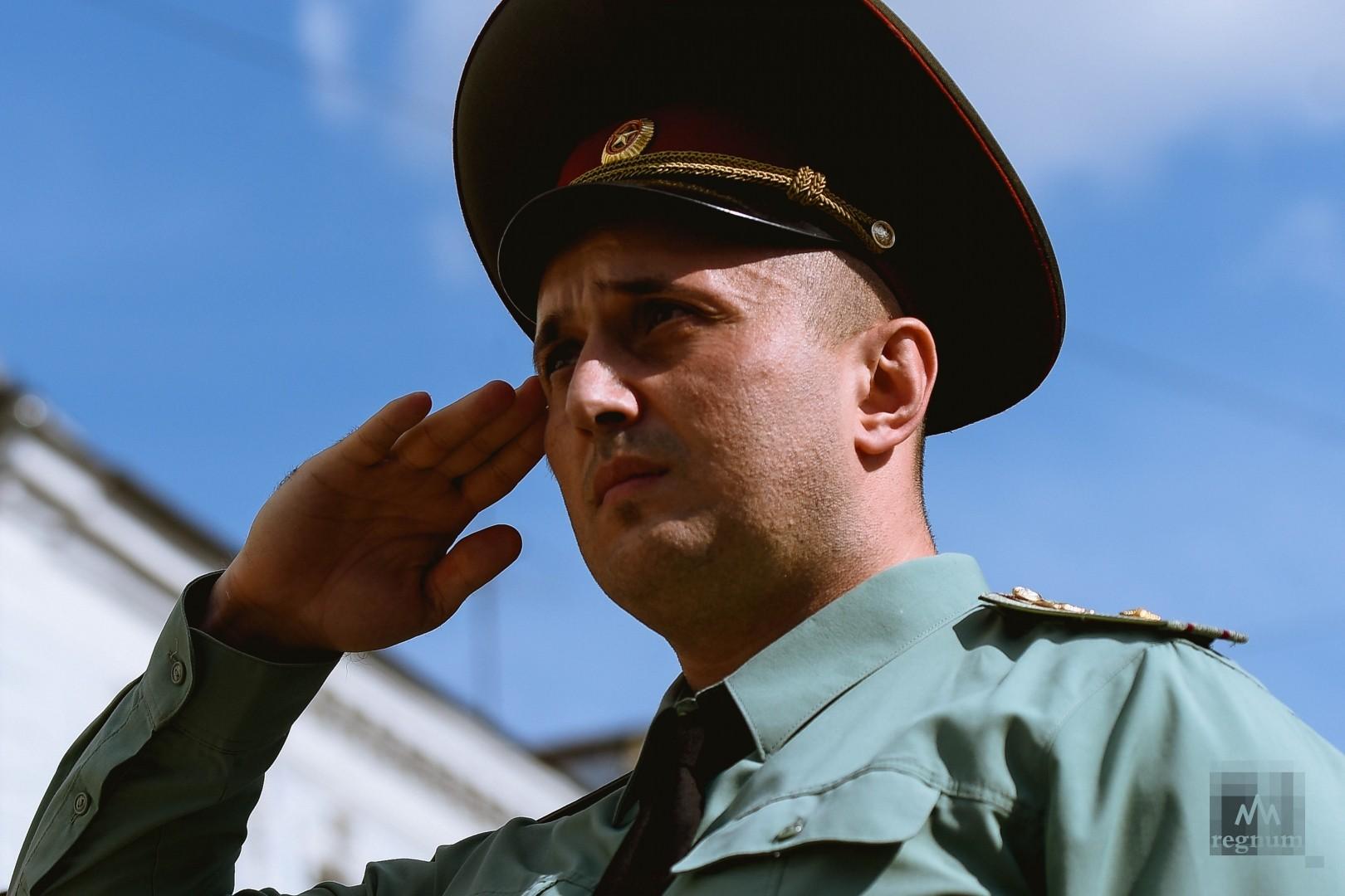 Картинка офицера отдающего честь