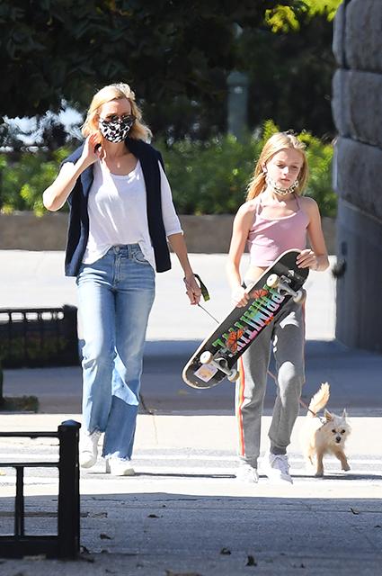 Наоми Уоттс на прогулке с младшим сыном в Нью-Йорке Звездные дети