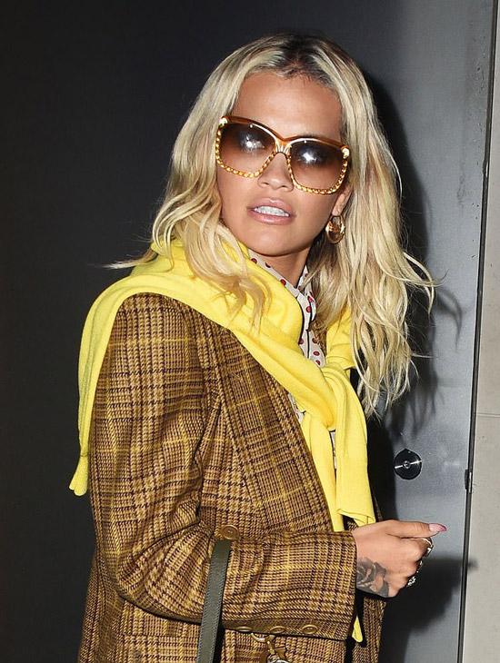 Девушка в коричневом пальто в клетку и желтый джемпер