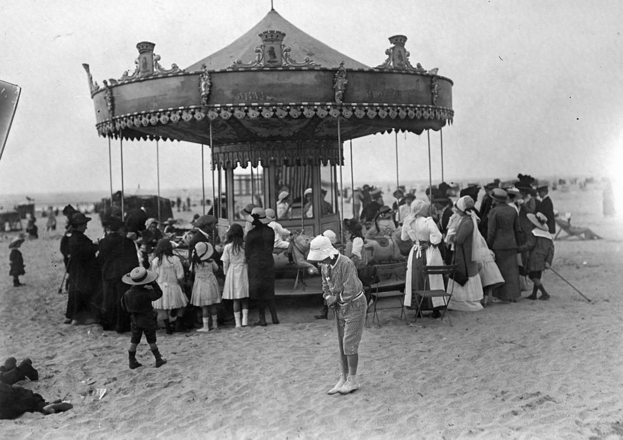 Люди вокруг карусели на пляже, 1900 г. 100 лет назад, 20 век, архивные снимки, архивные фотографии, пляж, пляжный отдых, черно-белые фотографии, чёрно-белые фото