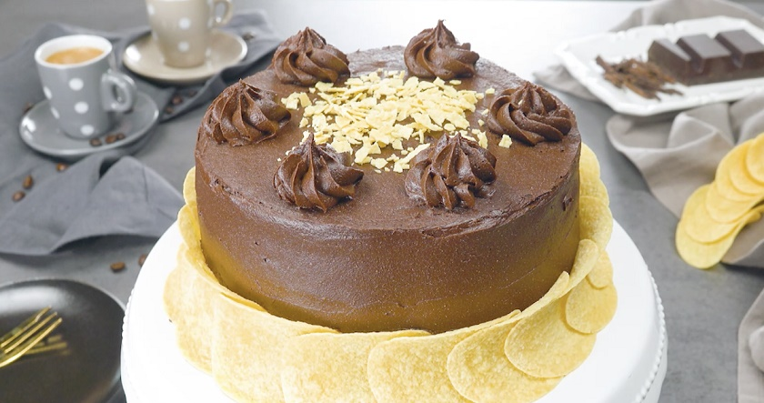 Шоколадный торт с чипсами: этот оригинальный десерт всех покорит