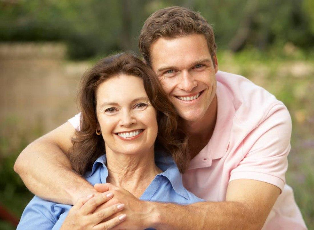 смотреть онлайн молодой парень и женщина в возрасте вынимает