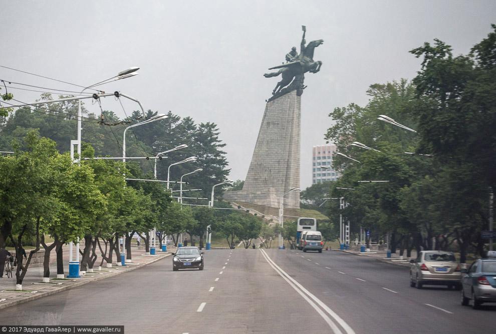 Пхеньян - очень монументальный.