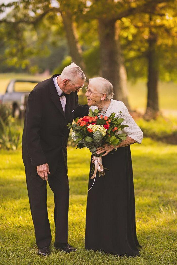 саду прошел пожилая свадебная пара фото одинаковой