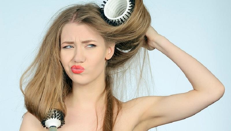 Она просто взяла фен, дуршлаг и начала сушить волосы. То, что получилось — просто невероятно!