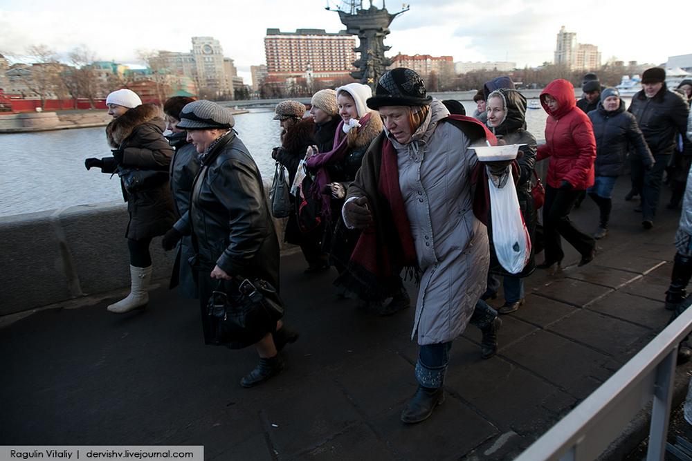 Бабушки и подростки  в медучреждении )