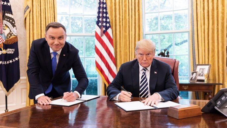 «Синдром холопа»: В соцсетях высмеяли фото президента Польши с Трампом