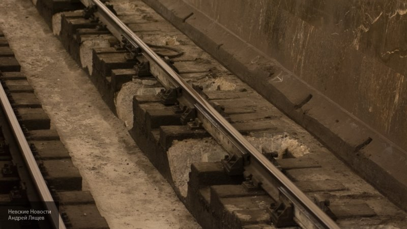 Полицейский спас пассажира московского метро от неминуемой гибели