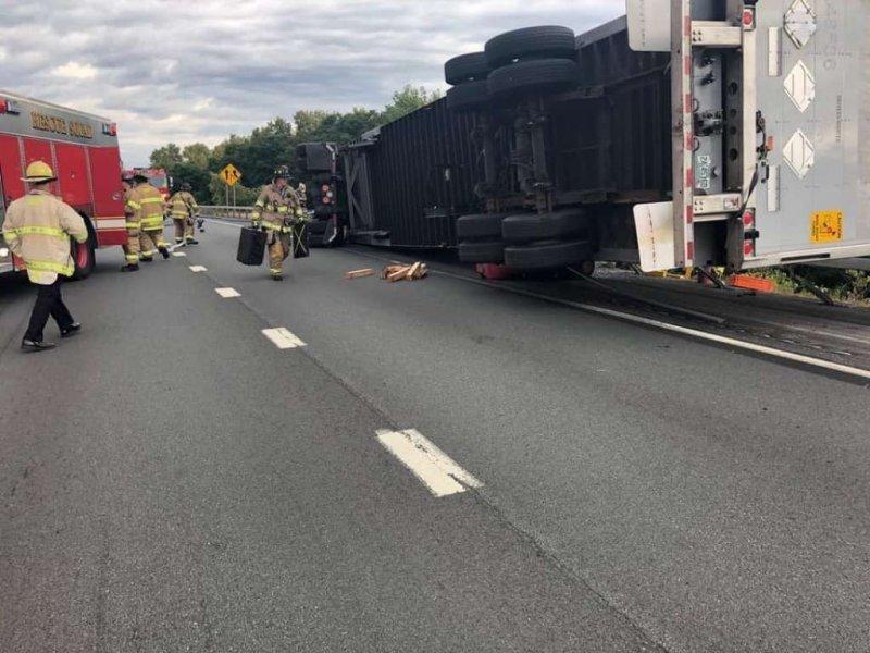 Грузовик расплющил спортивный Ниссан, а водитель получил лишь пару царапин авария,автомобиль,грузовик,на дороге