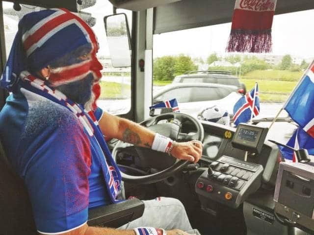 водитель автобуса с раскрашенным в цвет флага лицом