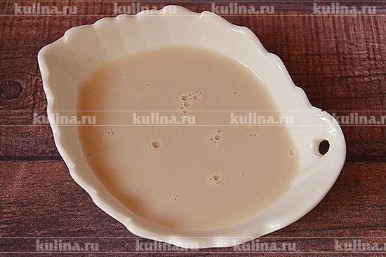 Дрожжи прессованные или свежие растворим в молоке, которое немного подогреем.