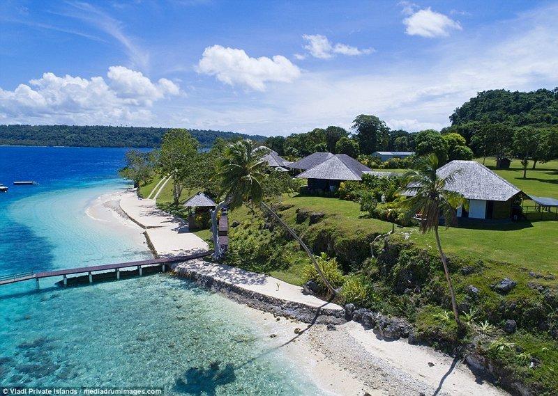 Строения расположены в непосредственной близости от пляжа с белым песком и чистейшей голубой водой ynews, остров, продается, продается остров, рай, райское место, тихий океан, тропический курорт
