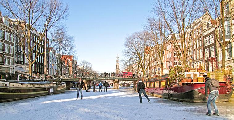 В Амстердаме каналы превратились в катки