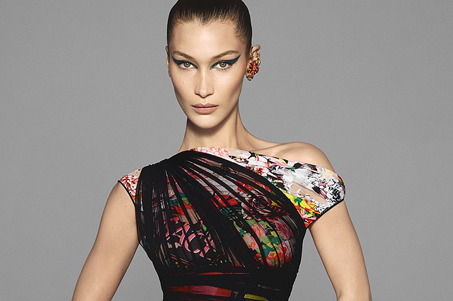 Белла Хадид, Ирина Шейк и другие модели снялись в яркой рекламной кампании Versace