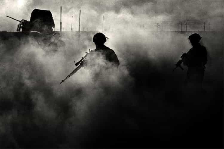Их сын вернулся с войны и позвонил домой.