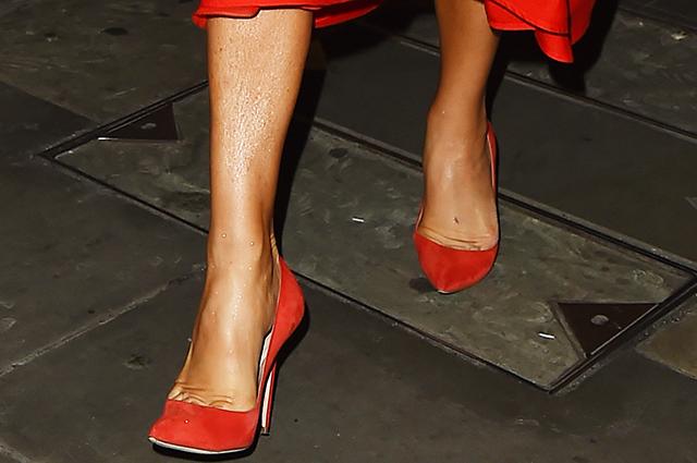 Леди в красном: Виктория Бекхэм в неожиданно ярком образе в Париже звездный стиль, виктория бекхэм