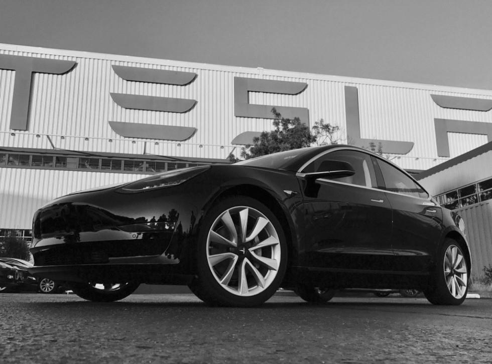 Илон Маск показал первый экземпляр электрокара Model 3