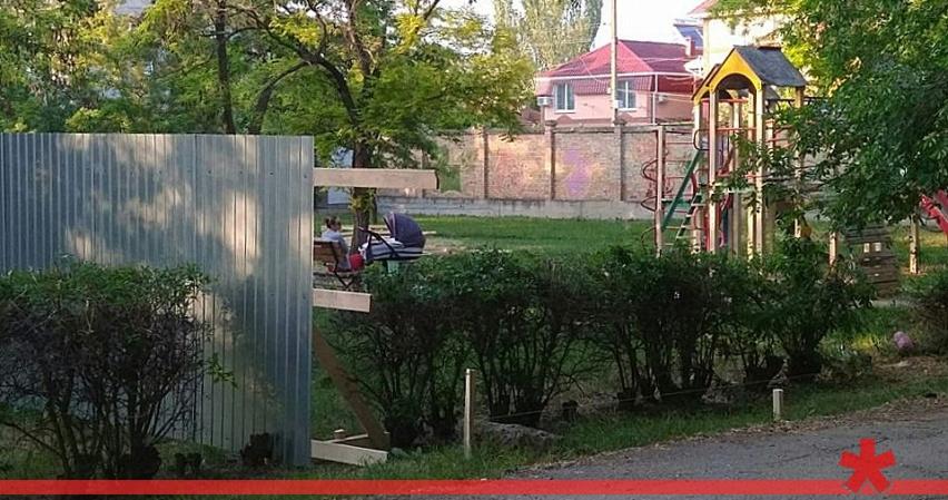 Феодосийский суд вернул в собственность города часть сквера у школы