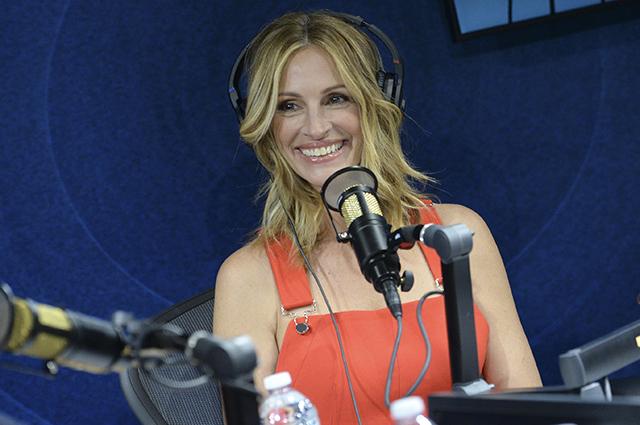Надо видеть: Джулия Робертс в ярко-красном комбинезоне стала гостьей нового шоу на радио