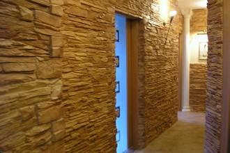 Стена из декоративного камня