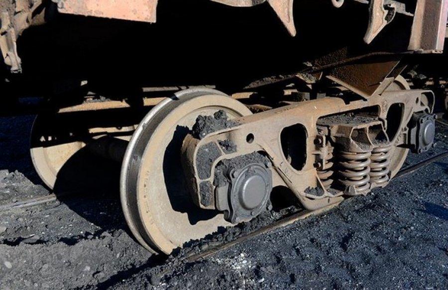 Как ставят на рельсы поезд