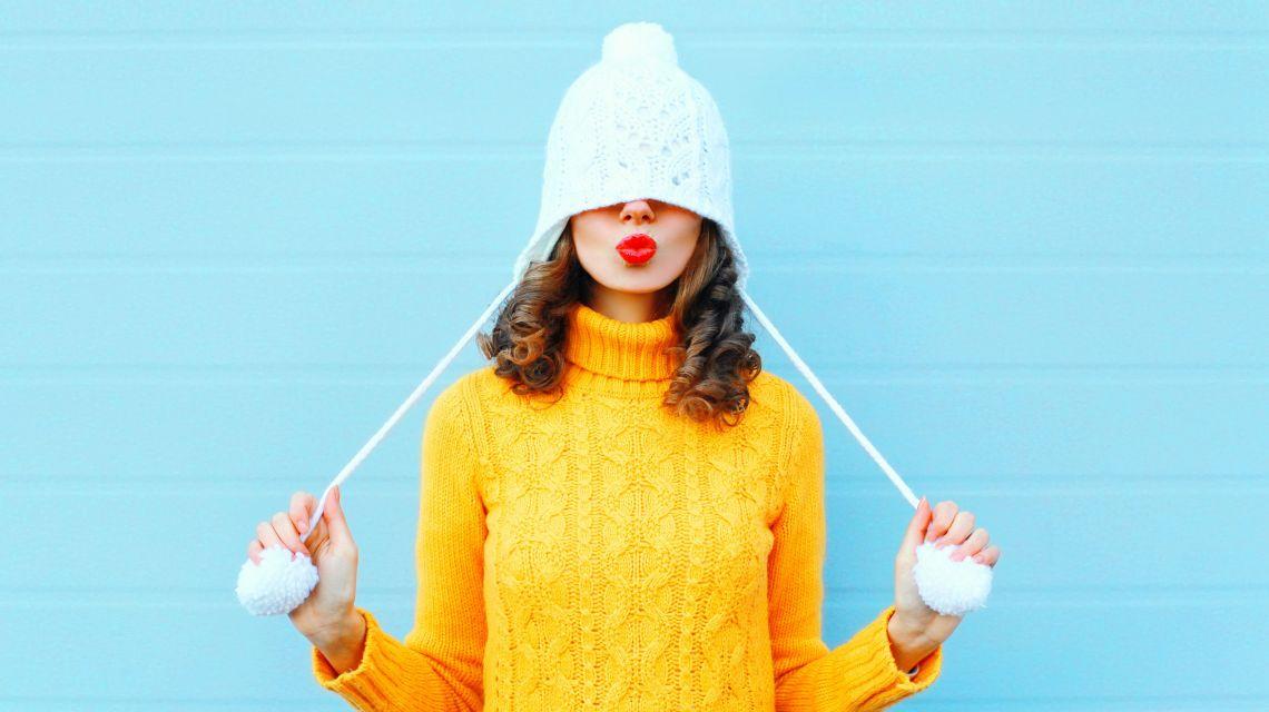 Вязаные шапки: кому подходят и с чем носить?
