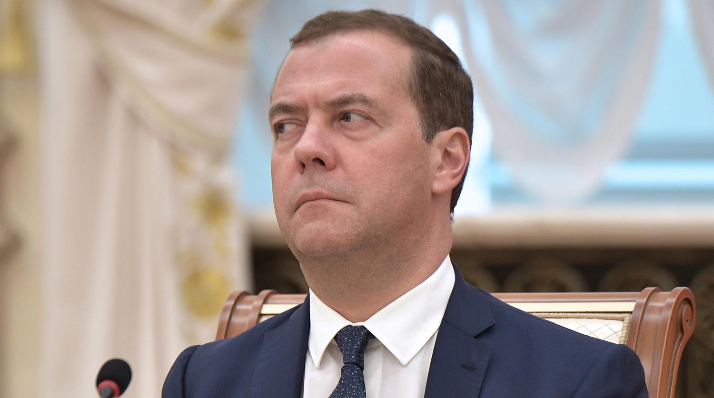 Дмитрий Медведев пригрозил наказывать компании за завышение цен на бензин